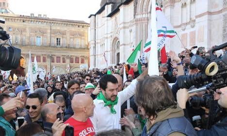意大利候选人晒出赤裸裸的屁股选举海报