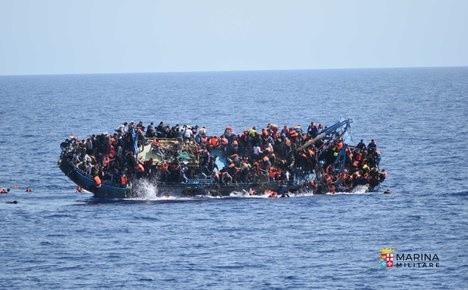 难民沉船令人震撼的瞬间被定格