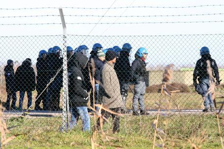 100名移民从Cona难民中心被转移