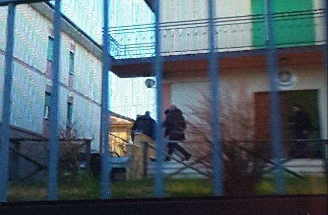 Il momento in cui il giovane padre macedone lascia la Stazione dei Carabinieri di Cupramontana