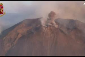 L'alba sul vulcano Stromboli dopo l'eruzione (ANSA)