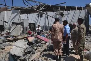 Strage migranti vicino Tripoli, bombe di Haftar su centro accoglienza (ANSA)