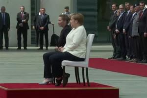 Merkel ascolta gli Inni seduta (ANSA)