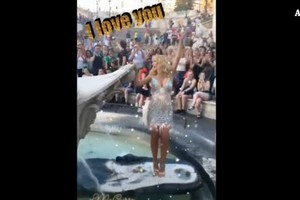 Valeria Marini fa bagno nella Barcaccia, Daspo e multa (ANSA)