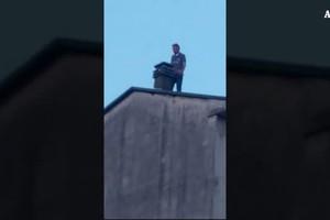 Cesano Maderno, 45enne romeno sale sui tetti e minaccia suicidio (ANSA)