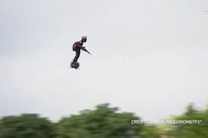 Uomo volante strega Parigi durante parata 14 luglio (ANSA)