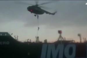 Sequestro petroliera, il momento dell'abbordaggio (ANSA)