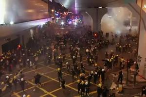 Hong Kong, polizia spara gas lacrimogeni contro manifestanti (ANSA)